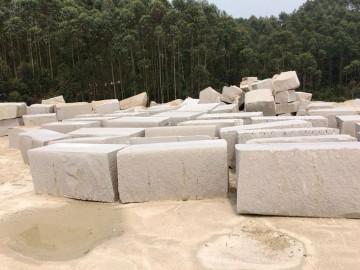 漳浦霞红花岗岩荒料堆场