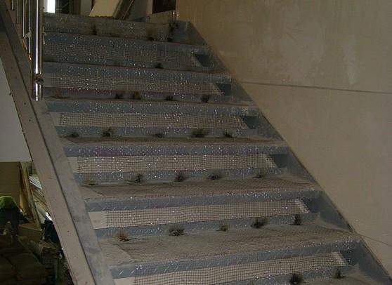 钢结构楼梯上能否铺大理石?可以铺大理石踏步。但楼梯踏步钢板和石材之间的结合层应该妥善处理。通常需要解决好两个问题,一是共振问题,二就是结合强度的问题。 施工中比较成熟的办法,一般先在钢板踏步上焊上两道10MM钢筋条(或钢带),再焊上钢丝网。然后1:3水泥砂浆找平,等干硬以后,在用水泥砂浆把大理石贴上。也有直接焊接钢丝网然后铺水泥砂浆,贴大理石的。