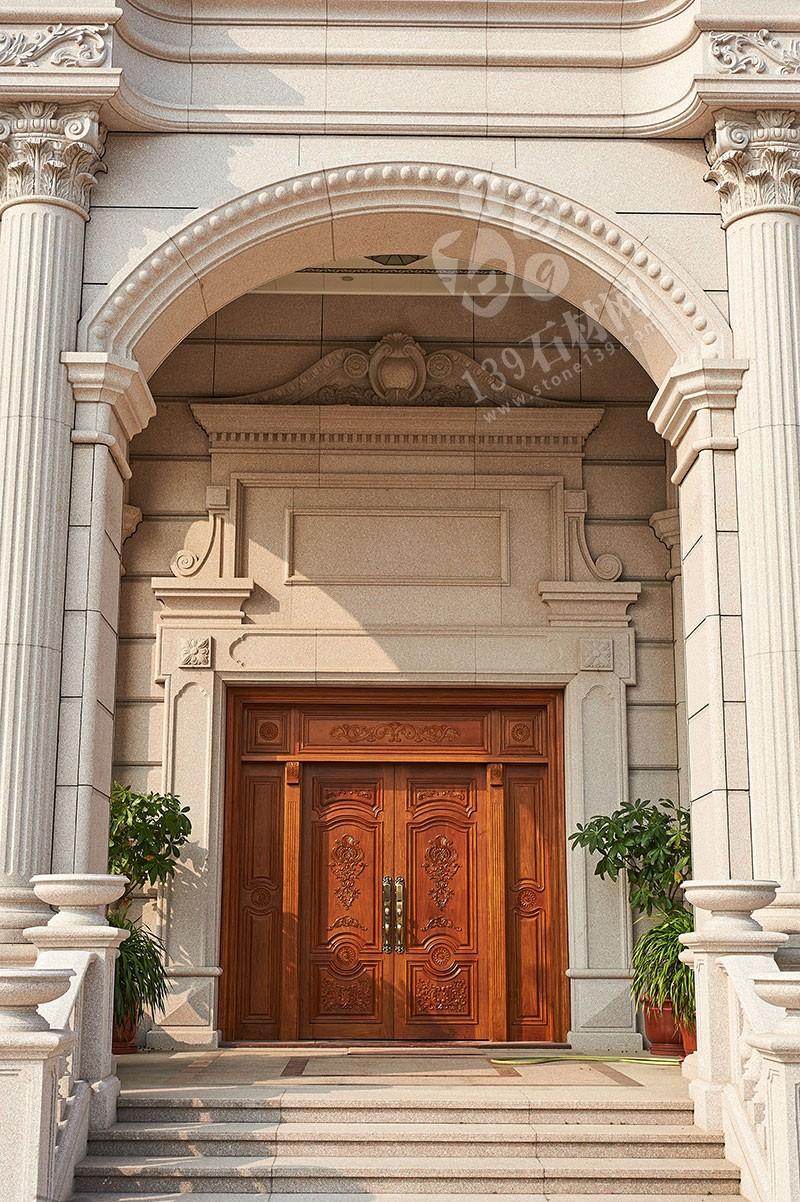 全石材鋪裝的別墅外墻立面簡潔,充滿品質與美感,配以精美的線條和雕花,提升了整棟別墅的歷史感和厚重感,給人一種莊重大氣的感覺。接下來139石材網小編就和大家一起欣賞一組獨棟別墅石材外墻的案例圖。    <