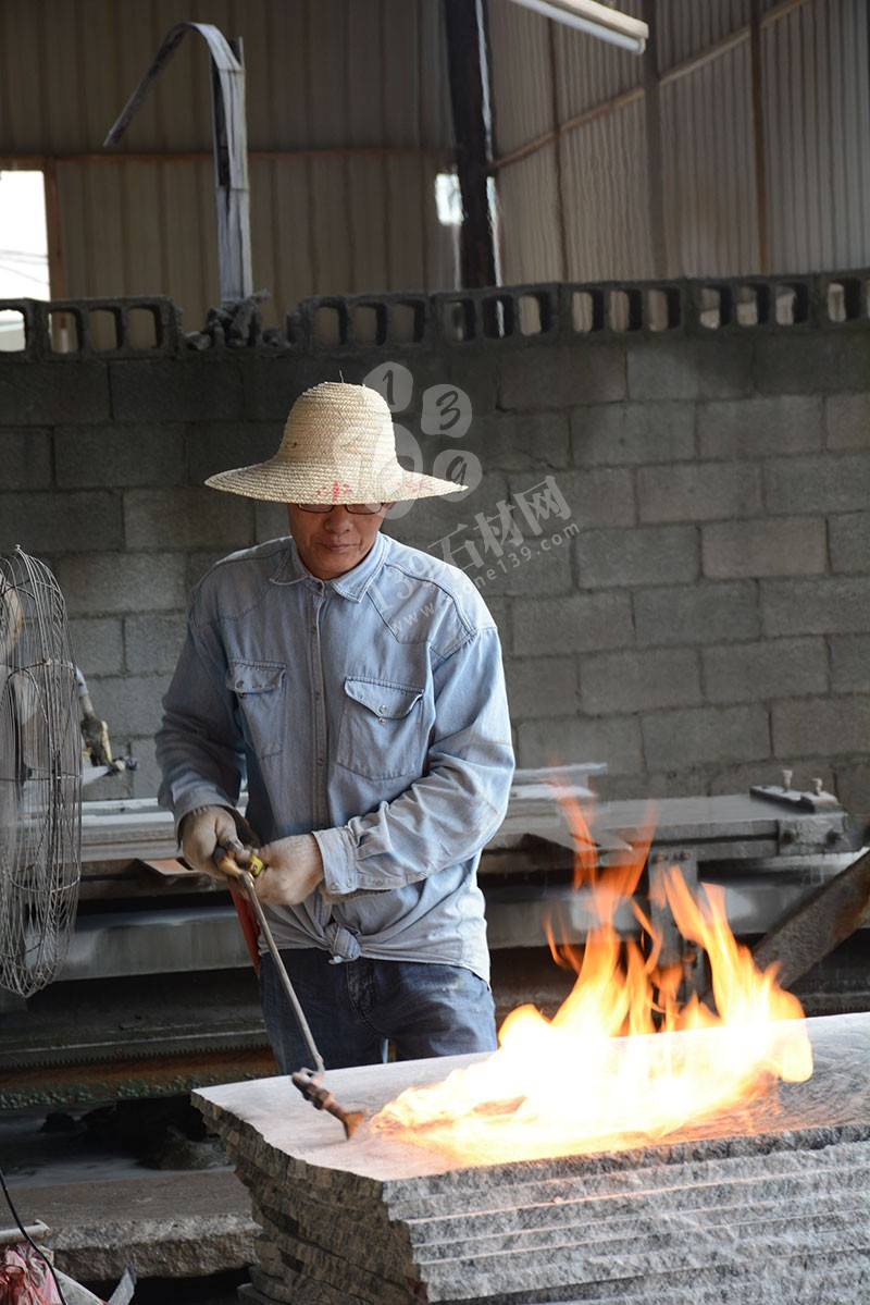 石材工人工作中