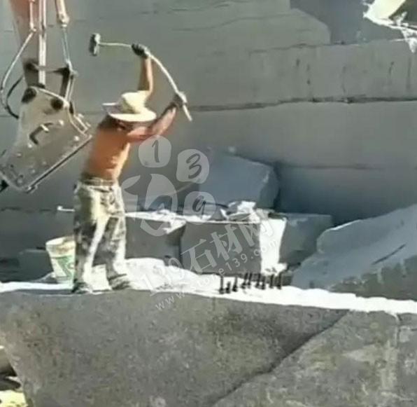 石材人在矿山上打石头