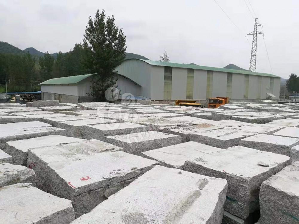 【河南内乡永发东莞石材展示厂】年产5000立方米梨花白花岗岩板材及配套产品