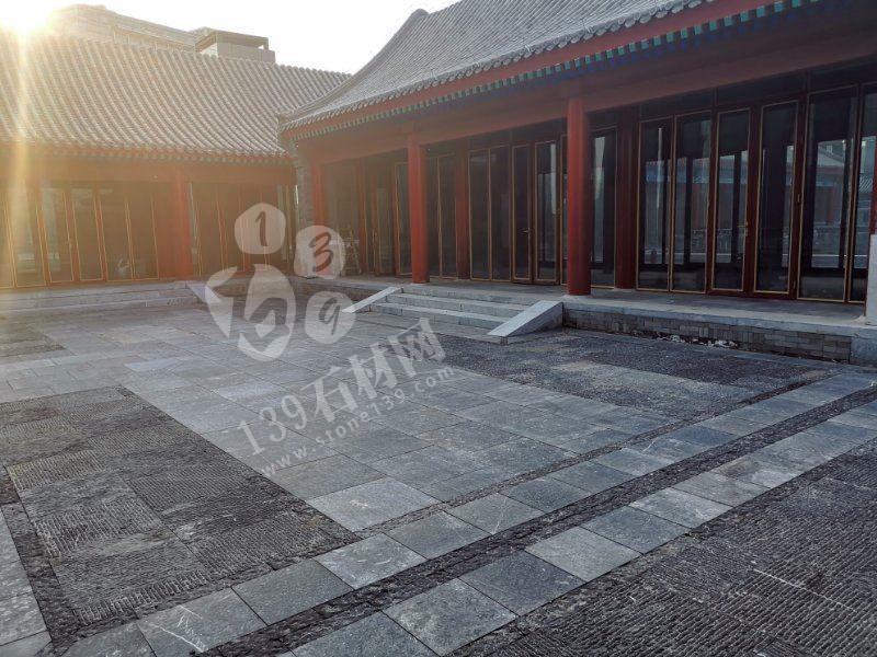 使用青石火烧面、手凿面、菠萝面打造的中式复古风庭院